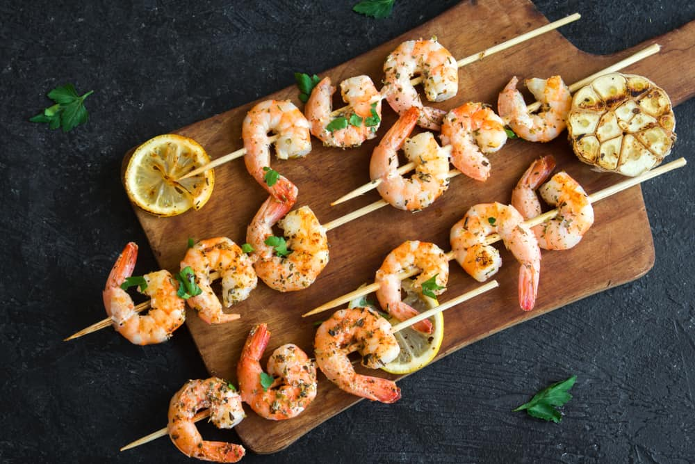Shrimp platter with lemon